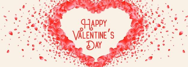 Beau coeur fait avec carte de saint valentin pétale de rose