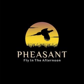 Beau faisan volant au coucher du soleil sur l'inspiration de conception de logo de prairie