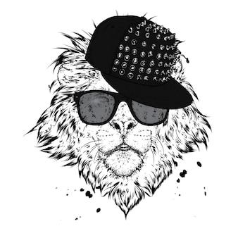 Un beau lion dans un bonnet et des lunettes.