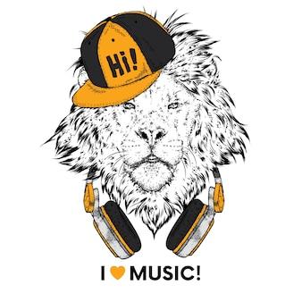 Un beau lion dans une casquette, des écouteurs et des lunettes.