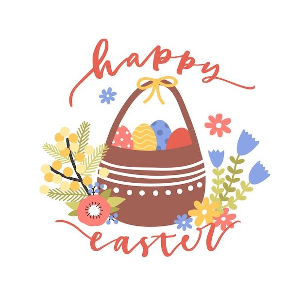 Beau modèle de carte postale avec le souhait de joyeuses pâques manuscrite avec une police cursive élégante et un panier avec des œufs décorés et des fleurs épanouies.