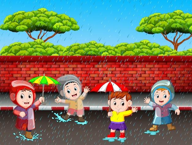 Beaucoup d'enfants courent sous la pluie