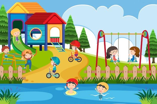 Beaucoup d'enfants jouent dans la cour de récréation pendant la journée