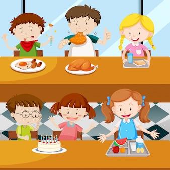 Beaucoup d'enfants mangeant à la cantine