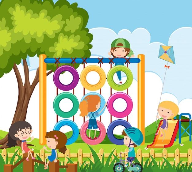 Beaucoup d'enfants qui jouent dans la cour de récréation