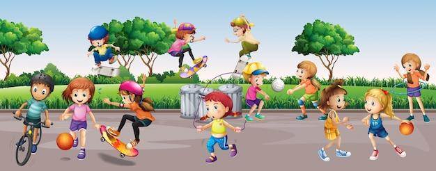 Beaucoup d'enfants qui jouent dans le parc
