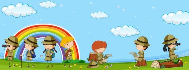 Beaucoup d'enfants en uniforme d'éclaireur s'amuser dans le parc