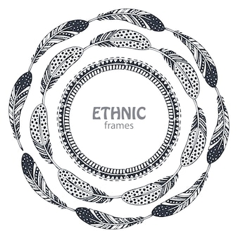 Beaux cadres ronds avec des plumes ethniques dessinées à la main.