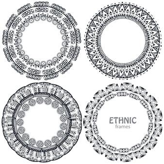 Beaux cadres ronds sertis d'éléments ethniques dessinés à la main.