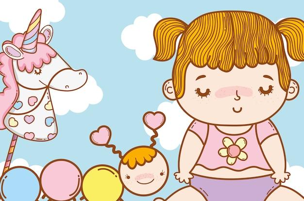 Bébé fille avec licorne et ver