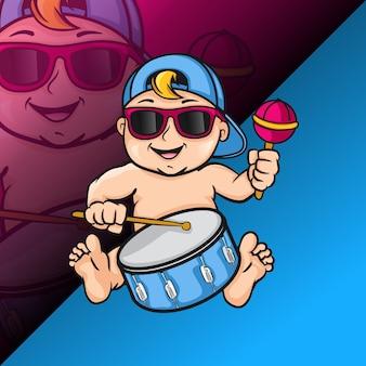 Bébé garçon jouant au logo