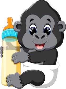 Bébé gorille tenant une bouteille de lait