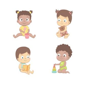 Les bébés mignons jouent avec un seau et une pelle, un ours, lit un livre, construit une pyramide.