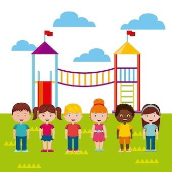 Belle aire de jeux pour enfants avec des enfants qui jouent