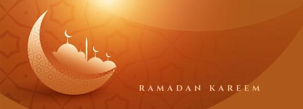 Belle bannière de ramadan kareem avec lune et mosquée