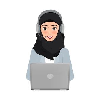 Belle femme d'affaires arabe dans le centre d'appel au service à la clientèle.