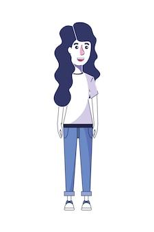 Belle femme avec des cheveux ondulés et des vêtements décontractés