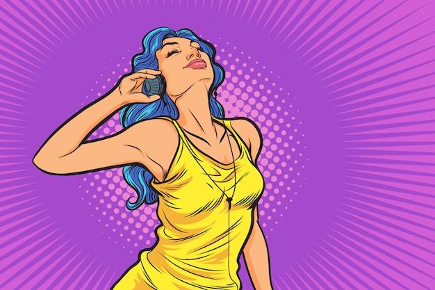Belle femme dans son style de vie, écouter de la musique