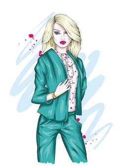Belle femme dans des vêtements élégants