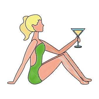 Belle femme en maillot de bain avec cocktail