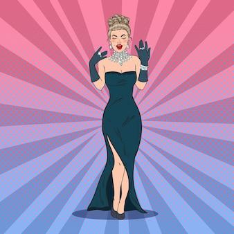 Belle femme en robe noire