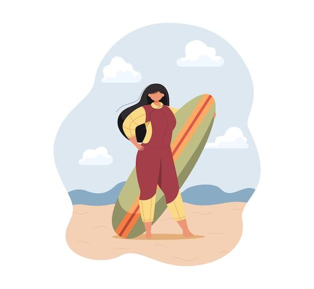 Belle femme surfeuse en combinaison tenant une planche de surf sur la plage