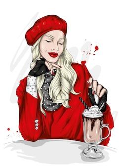 Belle fille dans un élégant béret et cappuccino