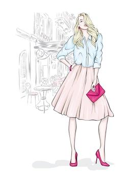 Belle fille dans une jupe élégante et avec un sac