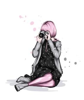 Belle fille dans une robe et avec un appareil photo vintage