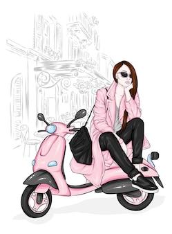 Belle fille dans des vêtements élégants et un cyclomoteur.