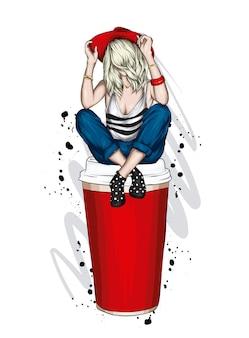 Belle fille dans des vêtements élégants et un grand verre de café