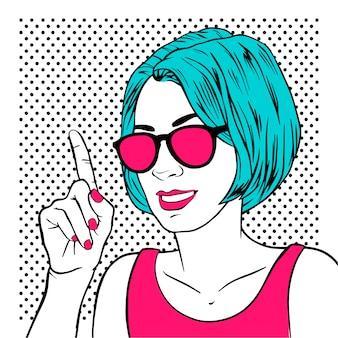 Belle fille femme avec index et lunettes de soleil