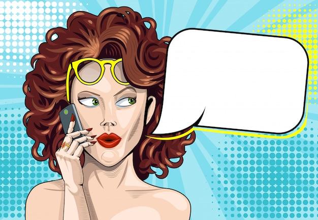Belle fille frisée parle sur un smartphone avec bulle vide pour la saisie de texte.