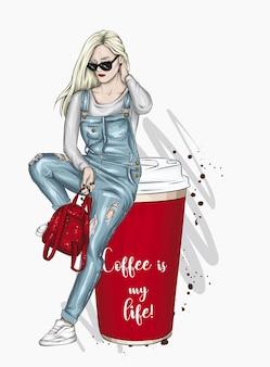 Belle fille et un verre de café