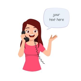 Belle jeune femme parlant au téléphone