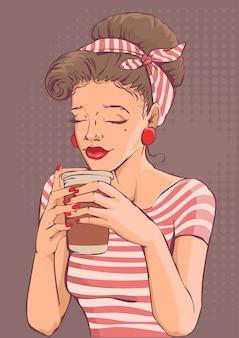 Belle jeune femme tenant une tasse de café en papier