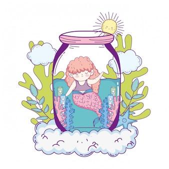 Belle sirène en bocal avec des algues