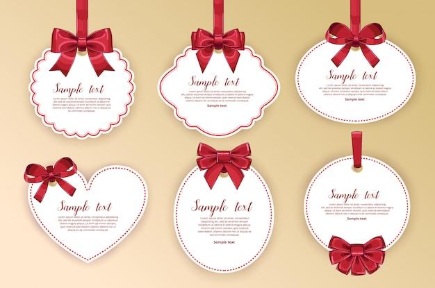 Belles cartes avec des arcs de cadeaux avec ruban