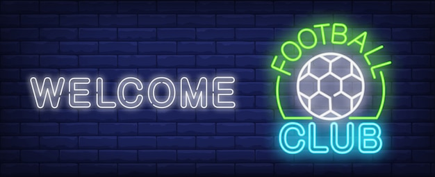 Bienvenue au club néon du club de football. ballon de soccer et inscription rougeoyante sur le mur de brique sombre