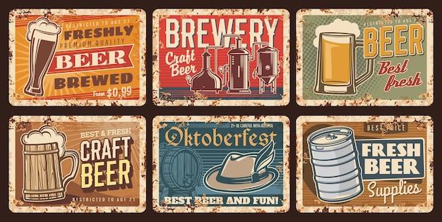 Bière artisanale et assiettes vintage de brasserie, enseignes en étain