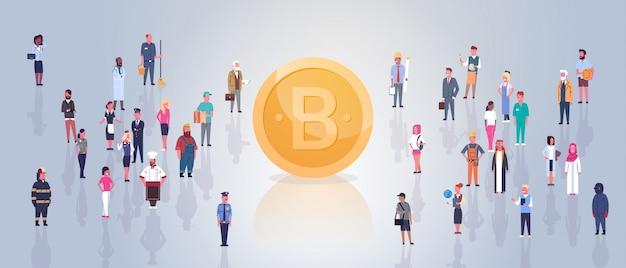 Bitcoin doré sur les gens foule web moderne concept de monnaie cryptographique numérique