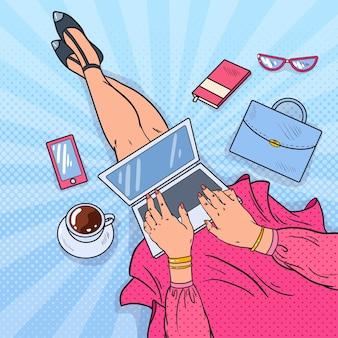 Blogger femme travaillant sur ordinateur portable