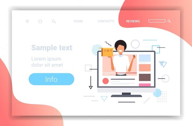Blogueur technologie femme boîte d'ouverture avec adaptateur usb enregistrement déballage vidéo blogging concept de streaming en direct copie écran moniteur écran lecteur en ligne portrait horizontal