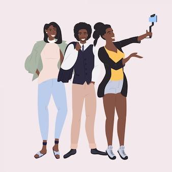 Les blogueurs de prendre des photos à l'aide de l'appareil photo du smartphone sur le selfie stick réseau social communication blogging concept pleine longueur