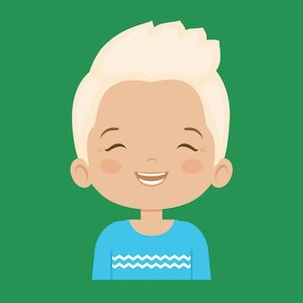 Blond petit garçon riant expression faciale