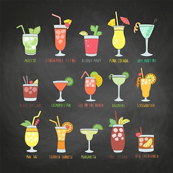 Boissons colorées avec les noms des cocktails sur un tableau noir