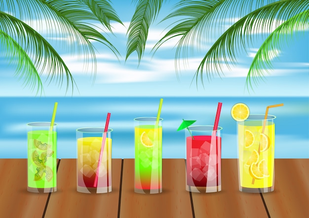 Boissons d'été sur la table en fond de plage.