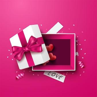 Boîte cadeau blanche surprise avec ruban rouge et ballon coeurs, boîte cadeau ouverte isolée, conception de la saint-valentin.
