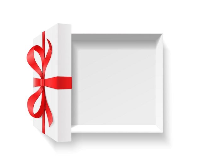 Boîte cadeau ouverte vide avec noeud d'arc de couleur rouge, ruban sur fond blanc. concept de package joyeux anniversaire, noël, nouvel an, mariage ou saint-valentin. vue de dessus illustration gros plan