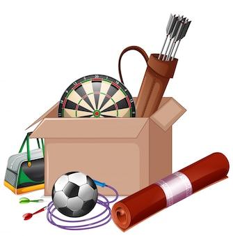 Boîte en carton pleine d'équipements sportifs sur blanc